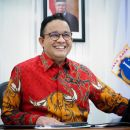 Wow, Anies Pajang Foto Dirinya Gunakan Batik Merah Motif Banteng