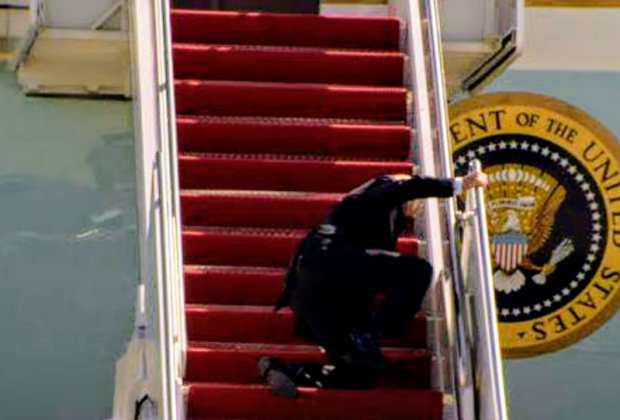 Memalukan! Biden Sampai 3 Kali Kesandung Tangga Pesawat Kepresidenan