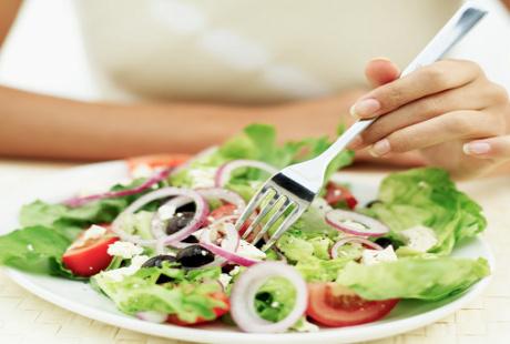 Bahaya Tak Makan Sayur pada Diet Viral ala Tya Ariestya