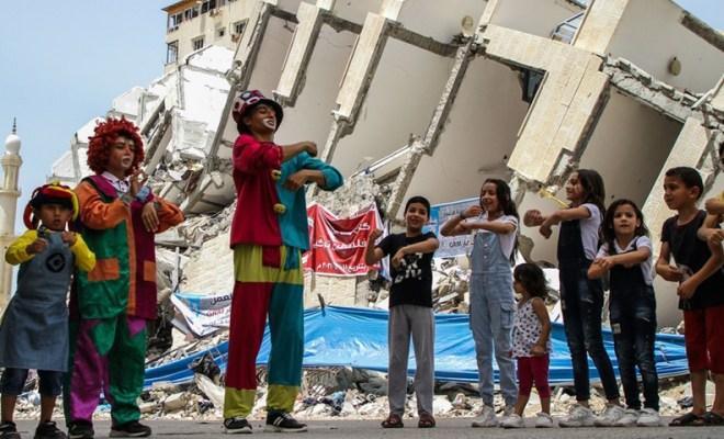 Trio Badut Bersaudara Hibur Anak-anak di Puing-puing Bangunan yang Hancur di Gaza