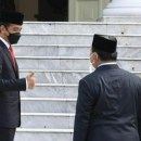 Jokowi Mengacungkan Jempol Pada Prabowo
