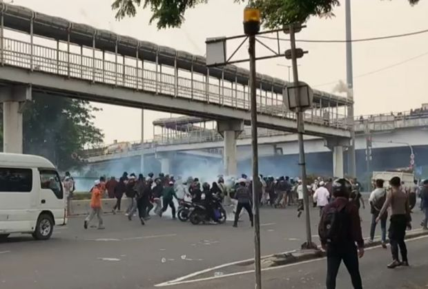 Massa Rizieq di Sidang Vonis Banding Ricuh, Polisi Gunakan Gas Air Mata