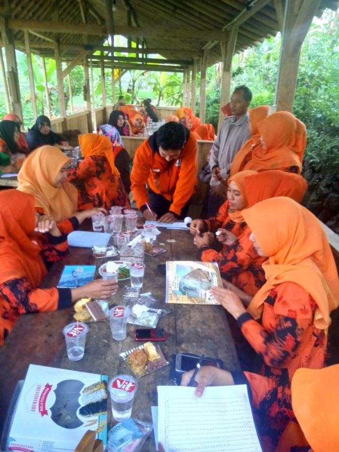 Een aantal leraren in overleg tijdens hun maandelijkse meeting