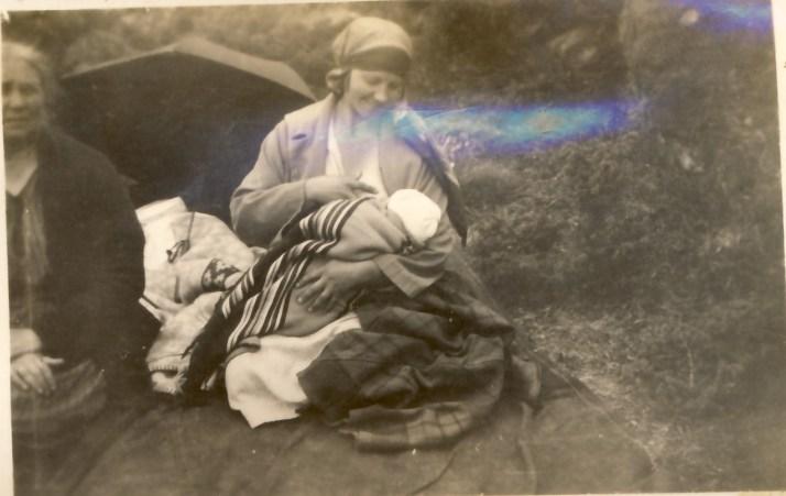 """Min oldemor Anna Sophie helt til venstre med """"tante"""" Lilly som ammer i midten"""