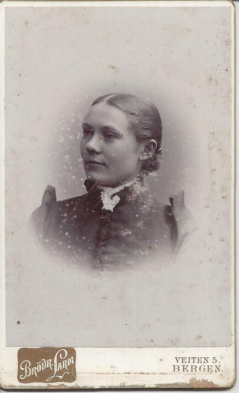 0873f3c2 Identifiserte ukjent slektsbilde ca 1890 av kvinne som ble lagt ut i ...