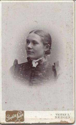 Ukjent kvinne. Fotograf: Brødrene Larm i Bergen