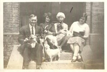 Dette bilde er av grandonkel Klemet, men hvem er de andre og hvor er de.