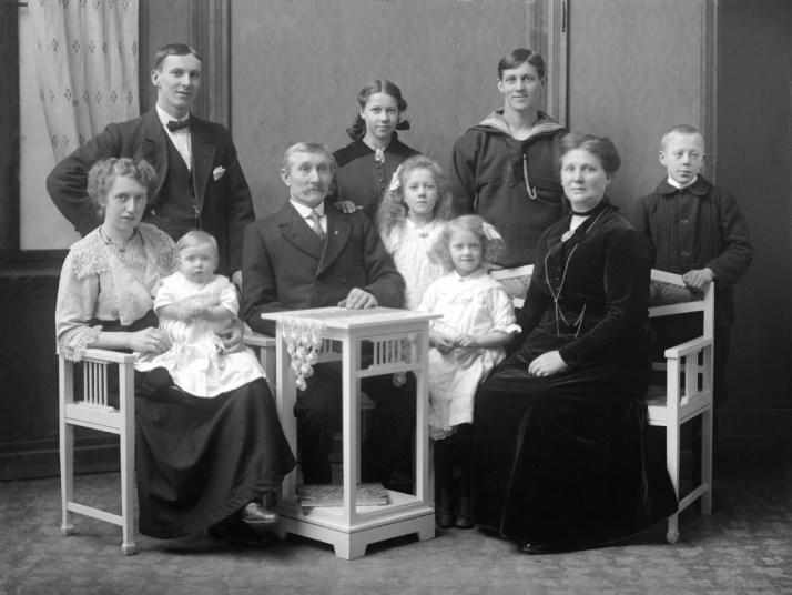 Familiebilde uten mormor i 1916 da mormor var 10 år