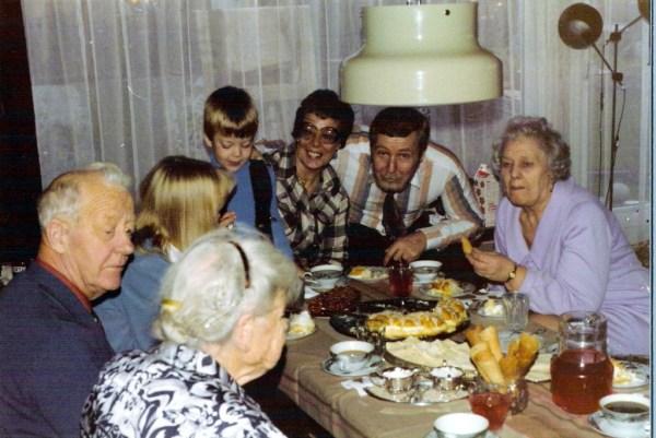 Min 11- årsdag 1977. omgitt av oldemor, mormor, tante onkel og fetter. Mitt bakhode nr. 2 fra venstre.