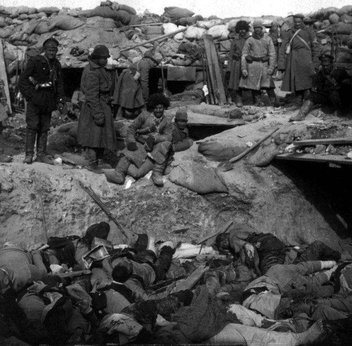 Russiske soldater ved en japansk skyttergrav med døde soldater under Den russisk-japanske krig