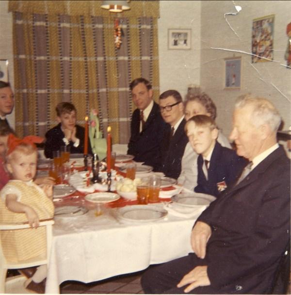 Julen 1967. Jeg har rød sløyfe i håret og sitter ved siden av min elskede bestefar.