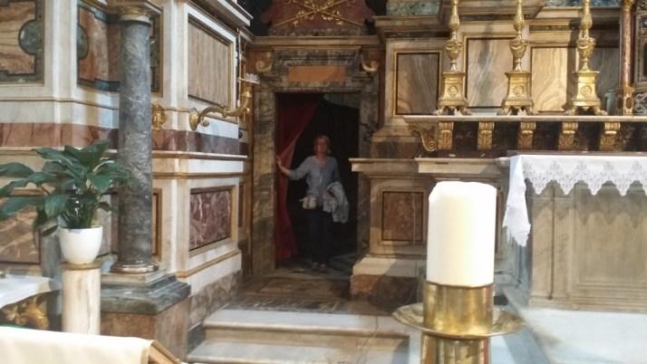 Her er jeg på vei inn bak høyalteret i San Augustiono - kirken.