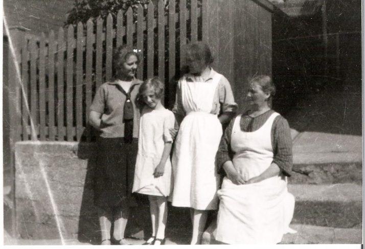 Fra h. min bestemor Erna, fra v. minoldemor Anna Sophia