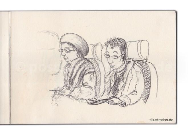 Zwei Zugreisende lesen Zeitung.