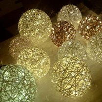 Paperinarusta tehtyjä valopalloja