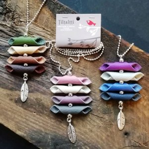 Kierrätysnahasta tehtyjä värikkäitä kaulakoruja, valmistaja Tiltaltti Shop