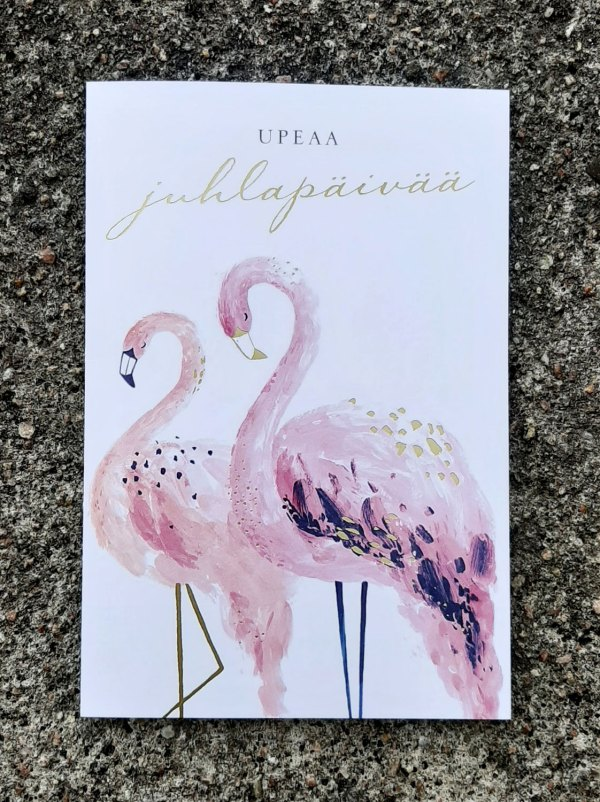 Kaksiosainen vaalea onnittelukortti, jossa kannessa kaksi flamingoa