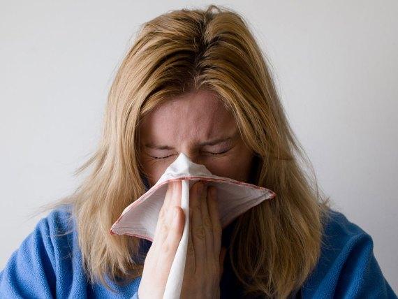 woman-sneezing-001