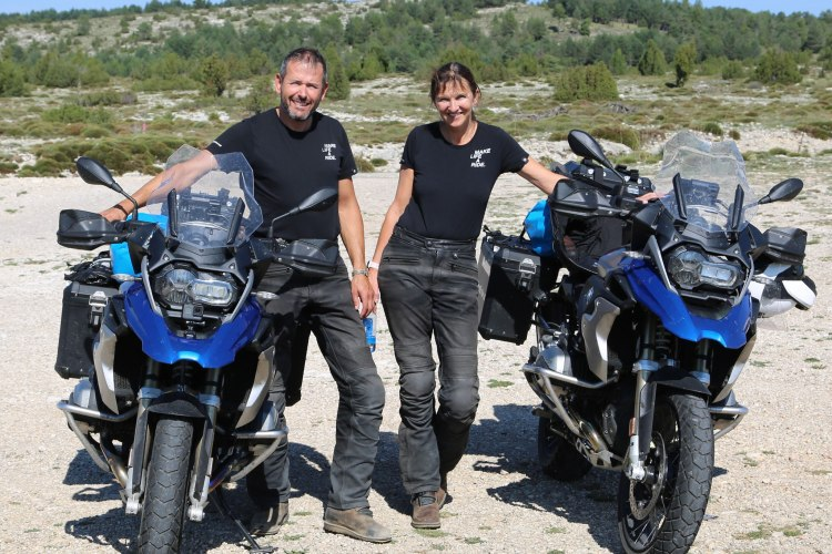 Michaela und Stefan gemeinsam mit ihren Motorräden in den Bergen Spaniens
