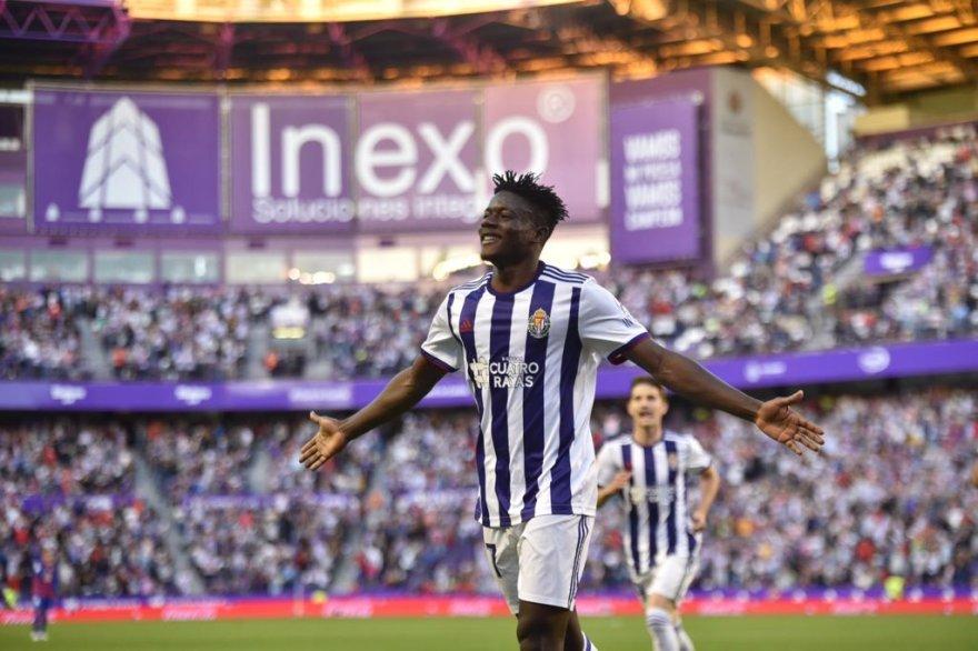 Salisu celebrando el segundo gol