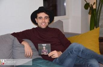 Gerard Martín junto su último disco 'Luces de ciudad'.