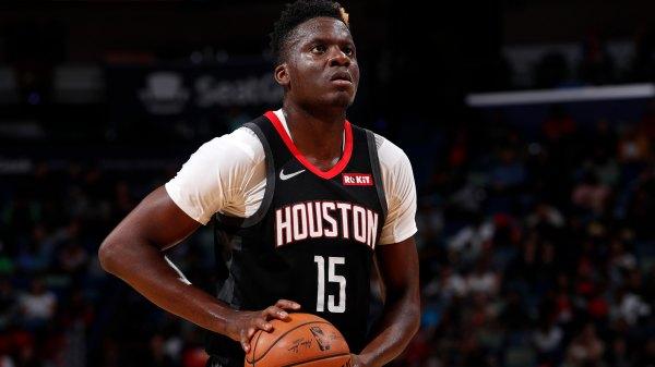 Clint Capela en uno de sus últimos partidos con Houston // Foto via NBA.com