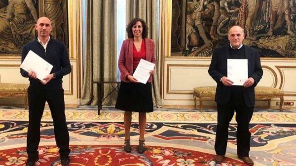Irene Lozano, Javier Tebas y Luis Rubiales mostrando los pactos firmados