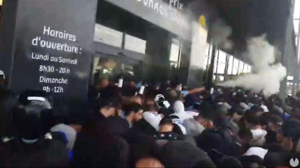 Momento en el que la policía lanzó el explosivo sobre el gentío (Twitter).