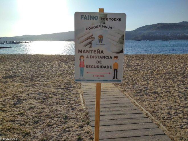 "Cartel en playa de Redondela de la campaña ""Faino por Todxs"". Via Twitter @xoselbrea"