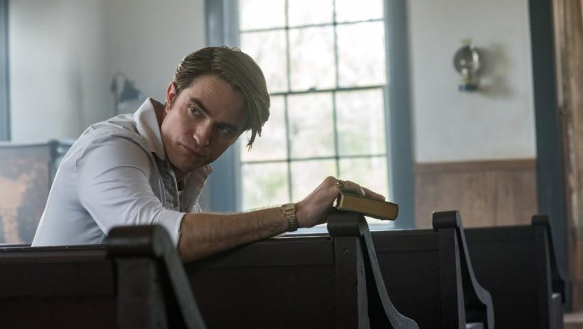 Robert Pattinson en el papel del pastor Teagardin // Fuente: Netflix