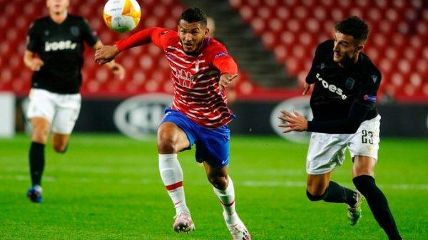 Luis Suárez se estrenó en el once titular en Europa como delantero (@GranadaCdeF)