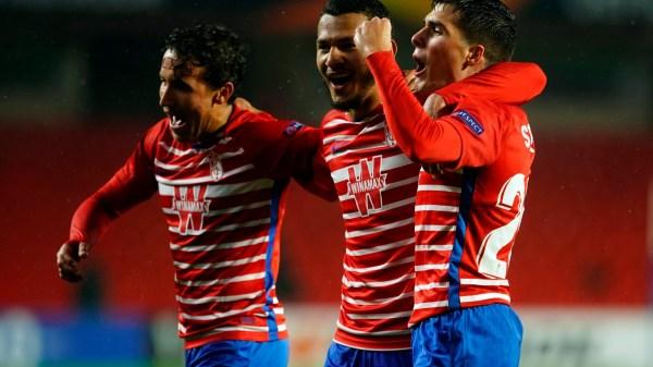 Soro celebrando con Milla y Suárez su tanto.