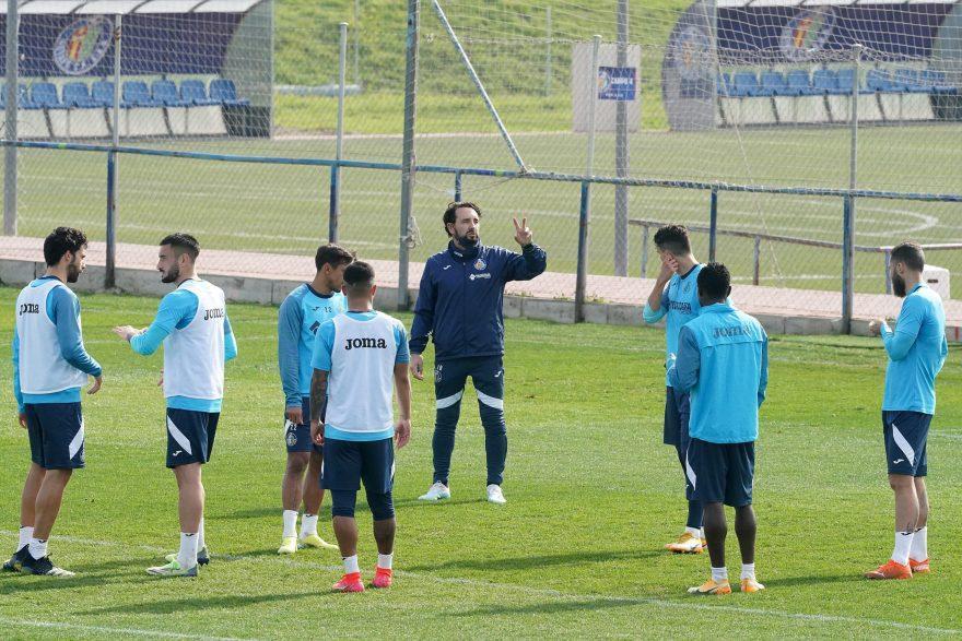 Bordalás preparando el encuentro frente al Valencia CF.