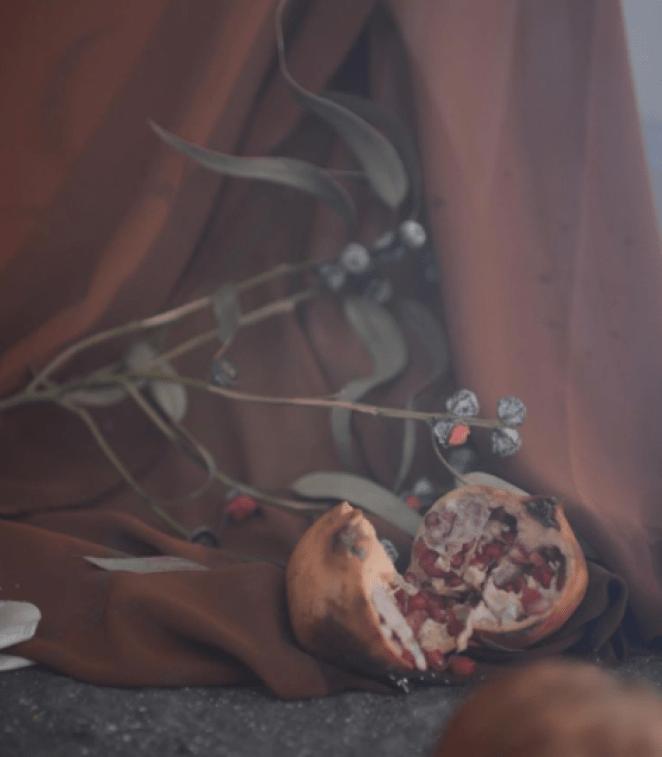 """Fotograma del videoclip de """"Plástico"""" de Lucía Gil donde vemos la granada en referencia al Mito de Perséfone/ Fuente: @luugil (Instagram)"""
