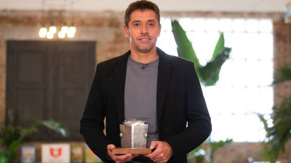 Pablo Gutiérrez recibiendo el premio Edebé