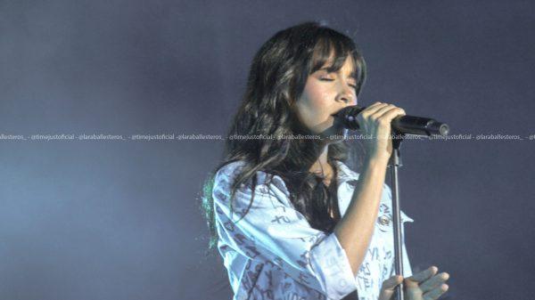 Aitana con una chaqueta azul y un top blanco en La Cerdanya Music Festival/ Fuente: Lara Ballesteros
