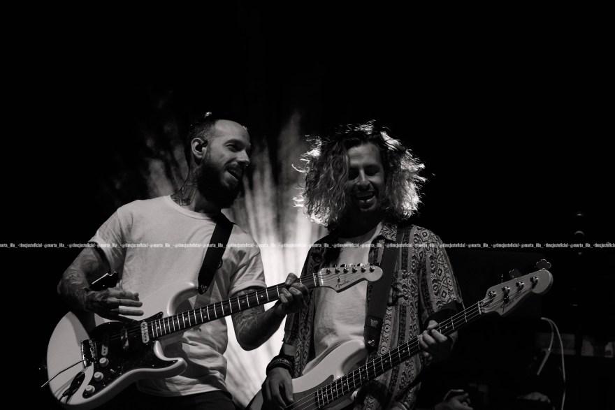 Sergio y Edgar, dos de los guitarristas de Dani Fernández, encima del escenario de Pineda/ Fuente: Marta Illa