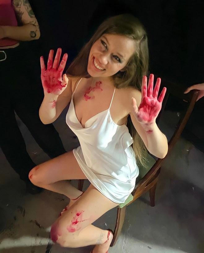 Eva B con las manos rojas/ Fuente: Eva B (instagram: _evabe)