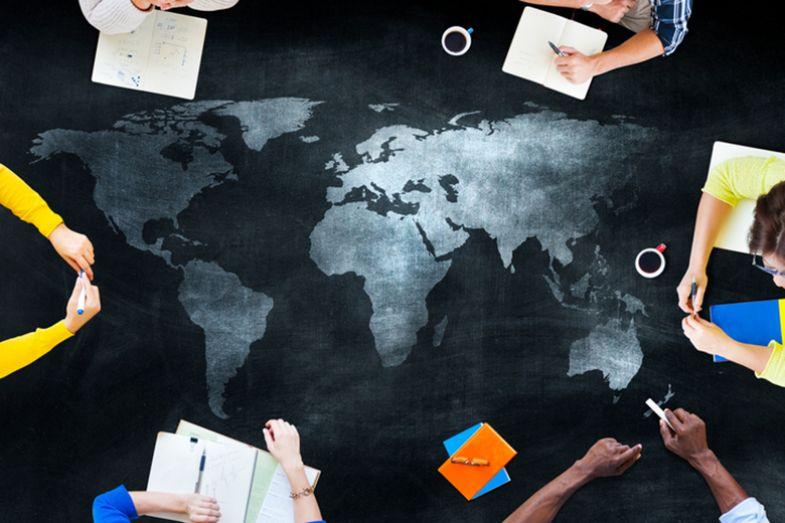 Un mapa con estudiantes internacionales a su alrededor.
