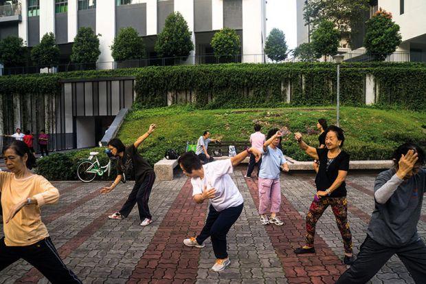 La gente practica tai chi en Singapur