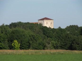 Pöide kirik - paistab kaugelt üle metsa nagu mingi kindlus. Kui esimest korda seda niiviisi üle metsa nägin, ei uskunud, et üks kirik võib nii vägev olla.
