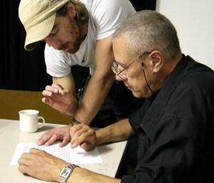 Regisseur Simon Solberg arbeitet mit Norbert Leklou an seinem Text.
