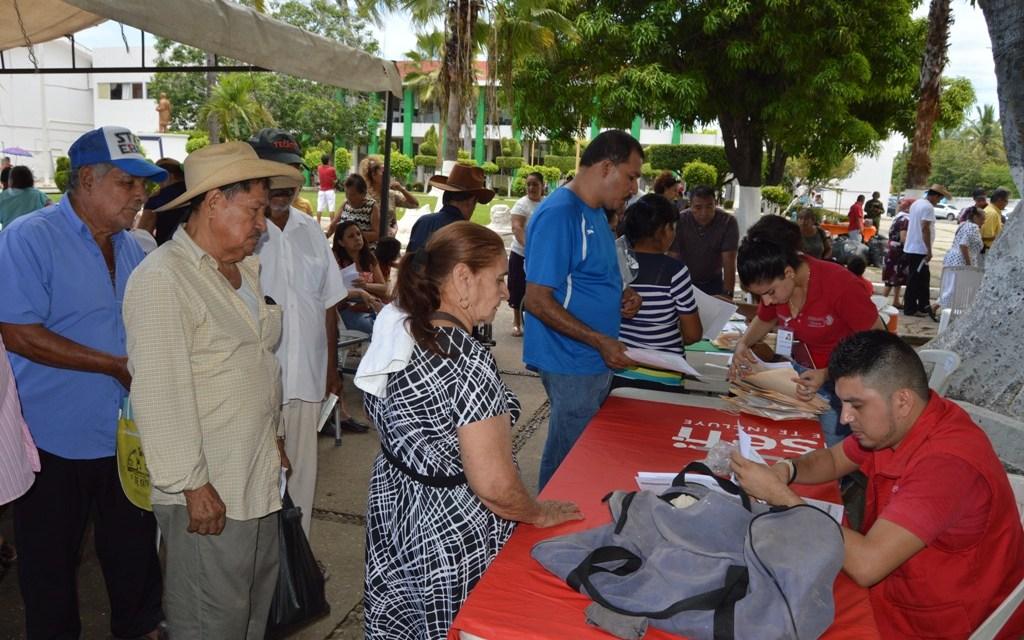 Adultos de Chuquiapan y LZC reciben apoyos de 65 y Más