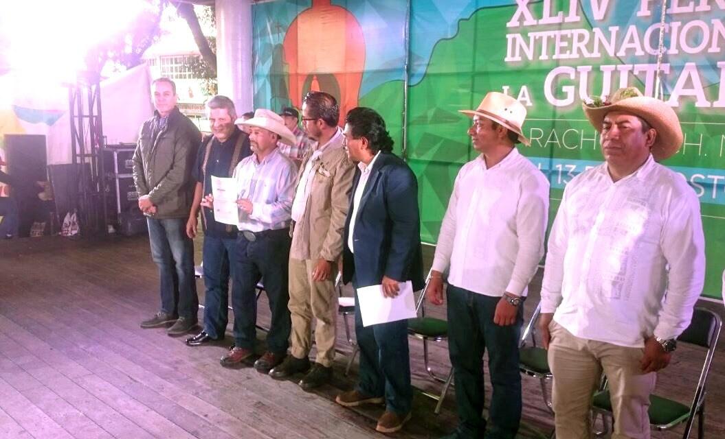 Entrega IAM premios a ganadores de concursos artesanales de Paracho