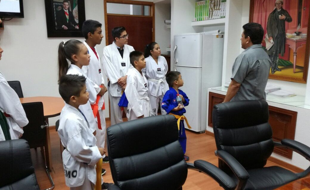 Alumnos de Taekwondo visitan al alcalde