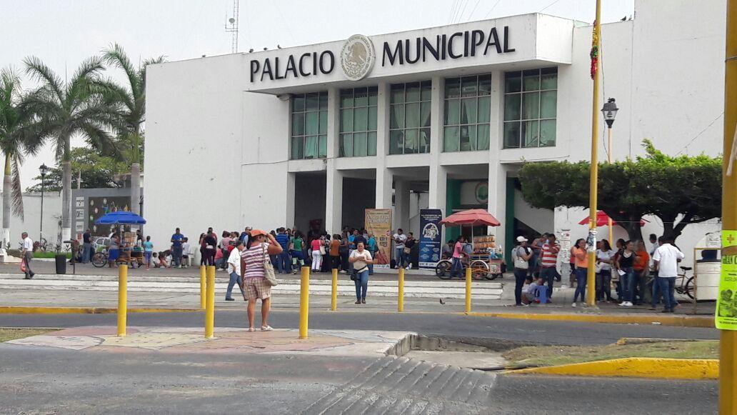 Trabajadores del COBAEM mantienen su paro y toma palacio municipal