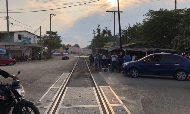 CNTE toman vías del tren y oficinas de rentas en LC ante descuento de impuestos en aguinaldo