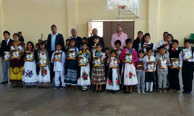 Entrega ICTI libros del programa de Lectura Científica en Purépecha