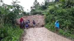 Mambi mamasa longsor menutup jalan dua Desa