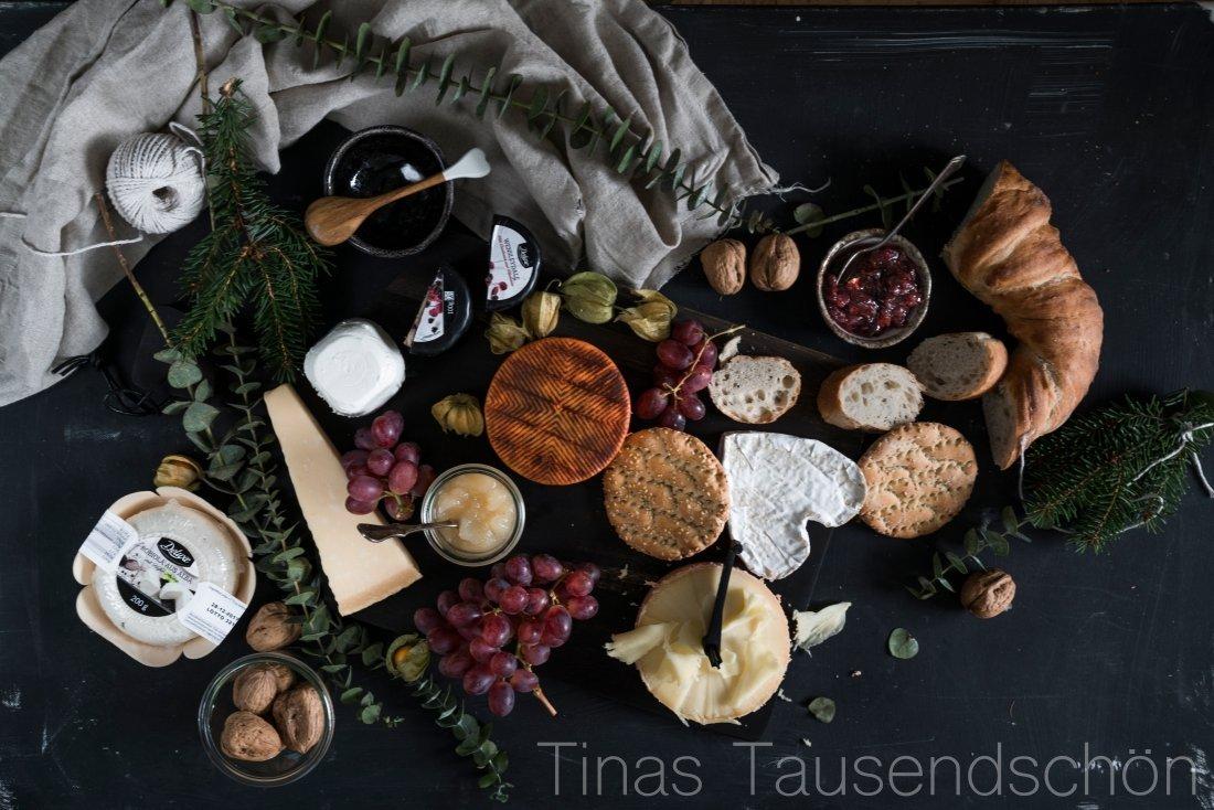 Käseplatte mit Pflaumenchutney und Birnen Kompott